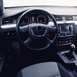 самомоднейшее автомобиля нутряное Рулевое колесо, приборная панель, спидометр, дисплей Стоковое Изображение RF