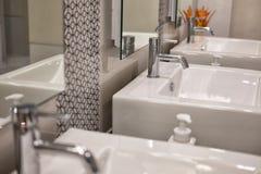 самомоднейшее ванной комнаты нутряное белые раковина washbasin & faucet хрома Стоковое фото RF