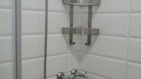 самомоднейшее ванной комнаты нутряное Пустая кабина ливня с белыми крыть черепицей черепицей стенами и полками сток-видео