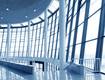 Самомоднейшее здание крытое: окно офиса стоковые изображения rf