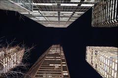самомоднейшие небоскребы ночи Стоковые Фото