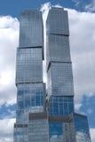 Самомоднейшие офисные здания города над пасмурным небом Стоковое Изображение