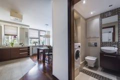 Самомоднейший домашний интерьер с кухней и bathrom Стоковое фото RF