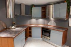 Самомоднейший ультрамодный свет конструкции - голубая деревянная кухня Стоковое Изображение