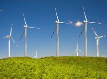 Самомоднейшая ветротурбина с голубым небом Стоковые Фотографии RF