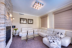 Самомоднейшая живущая комната с белой софой Стоковое фото RF