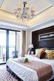 самомоднейшее дома мебели спальни нутряное роскошное стоковое фото