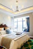 самомоднейшее дома мебели спальни нутряное роскошное стоковое изображение