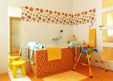 самомоднейшее детей ванной комнаты цветастое Стоковые Фотографии RF