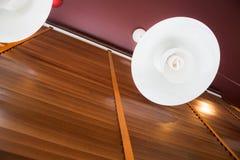 Самомоднейшие потолочные освещения на стене Стоковые Изображения RF