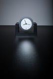 Самомоднейшие черные часы на черной таблице в офисе Стоковые Фото