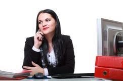 Самомоднейший телефон женщины дела говоря сидя на столе офиса Стоковое Изображение RF