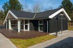 Дом самомоднейшей конструкции привлекательный деревянный Стоковое Фото