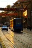 Старые трам и такси в улице Ilica управляя в заход солнца стоковые изображения