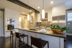 Самомоднейший яркий интерьер кухни Стоковая Фотография