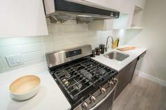 Самомоднейший яркий интерьер кухни Стоковое Фото