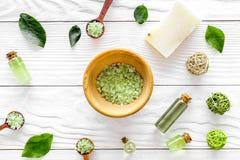 Самонаведите сделанная косметика курорта с оливковым маслом и солью чая для ванны на белой картине взгляд сверху предпосылки Стоковое Фото