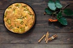 Самонаведите испеченный приправленный печеньем торт charlotte груши с циннамоном Стоковая Фотография