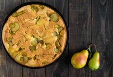 Самонаведите испеченный приправленный печеньем торт charlotte груши с циннамоном Стоковые Изображения