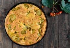 Самонаведите испеченный приправленный печеньем торт charlotte груши с циннамоном На темной деревянной предпосылке Стоковые Изображения