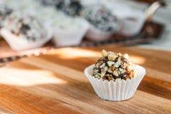 Самонаведите сделанная конфета с грецким орехом и дата на деревянной доске Стоковые Фото