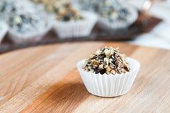 Самонаведите сделанная конфета с грецким орехом и дата на деревянной доске Стоковая Фотография RF