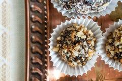 Самонаведите сделанная конфета с грецким орехом и дата на медном подносе Стоковые Фотографии RF