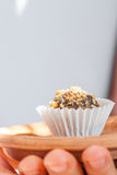 Самонаведите сделанная конфета с грецким орехом и дата на плите глины bronw Стоковые Изображения