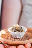 Самонаведите сделанная конфета с грецким орехом и дата на плите глины bronw Стоковая Фотография RF