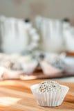 Самонаведите сделанная конфета с сезамом и дата на деревянной плите Стоковые Изображения