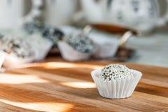 Самонаведите сделанная конфета с сезамом и дата на деревянной плите Стоковая Фотография RF