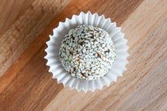 Самонаведите сделанная конфета с сезамом и дата на плите глины Стоковые Изображения RF