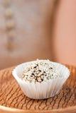 Самонаведите сделанная конфета с сезамом и дата на плите глины Стоковые Изображения
