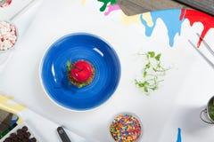 Самонаведите сделанные блинчики с клюквами и порошок сахара на голубой таблице белизны плиты стоковая фотография rf