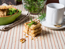 Самонаведите сделанные печенья с гайками розмаринового масла и сосны Стоковое Изображение