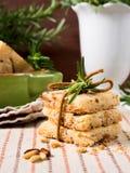 Самонаведите сделанные печенья с гайками розмаринового масла и сосны Стоковое Изображение RF