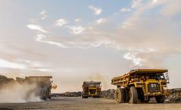 Самосвалы минирования транспортируя руду платины для обрабатывать стоковая фотография rf