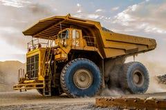 Самосвалы минирования транспортируя руду платины для обрабатывать стоковые изображения