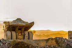 Самосвалы минирования транспортируя руду платины для обрабатывать стоковое фото