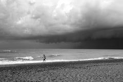 Самостоятельно на пляже B&W стоковые изображения