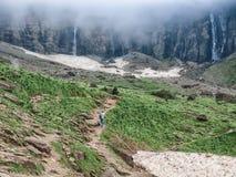 Самостоятельно человек на следе среди движений утесов к водопадам стоковые фотографии rf