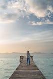 Самостоятельно на красивом понтоне на восходе солнца Стоковое фото RF