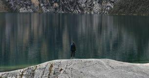 Самостоятельно на озере Стоковые Изображения