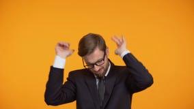 Самоуверенные танцы бизнесмена, празднуя продвижение, рост карьеры видеоматериал