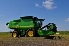 Самоходный зернокомбайн John Deere Стоковое фото RF