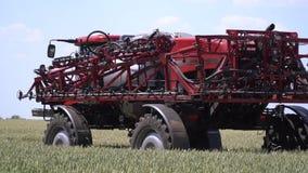 Самоходный спрейер с большим зазором управляет на пшеничном поле видеоматериал