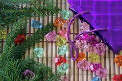 Самоцветы разливают из пакета подарка на рождественской елке Стоковое Изображение RF