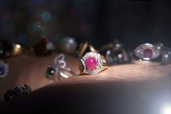 Самоцветы, ювелирные изделия, Daimond, серебр золота, рубиновые vavluable кольца presen Стоковая Фотография RF