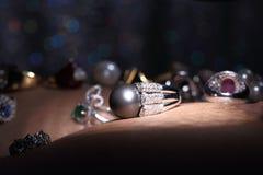 Самоцветы, ювелирные изделия, Daimond, серебр золота, рубиновые vavluable кольца presen Стоковые Фотографии RF