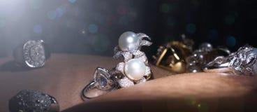 Самоцветы, ювелирные изделия, Daimond, серебр золота, рубиновые vavluable кольца presen Стоковая Фотография
